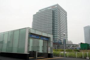 MM線新高島駅からの本社ビル