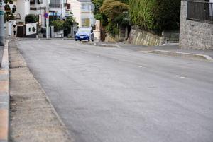 舗装工事できれいになった車道