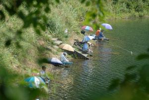 精進湖 湖岸での釣り人