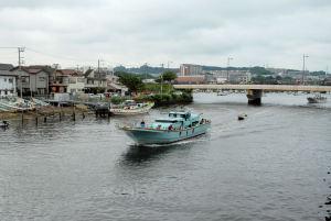 出港する釣り船