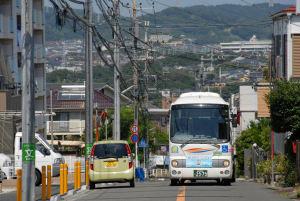 湘南六浦第二バス停前を走る