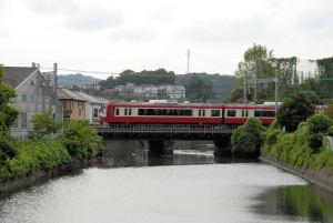 短い鉄橋を渡る京急電車