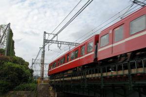 侍従川を走る京急電車