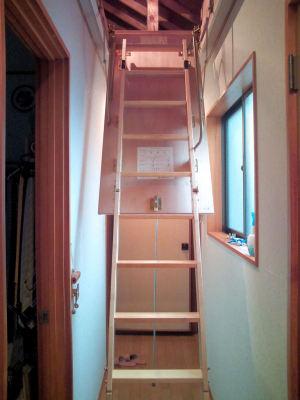 小屋裏収納の梯子
