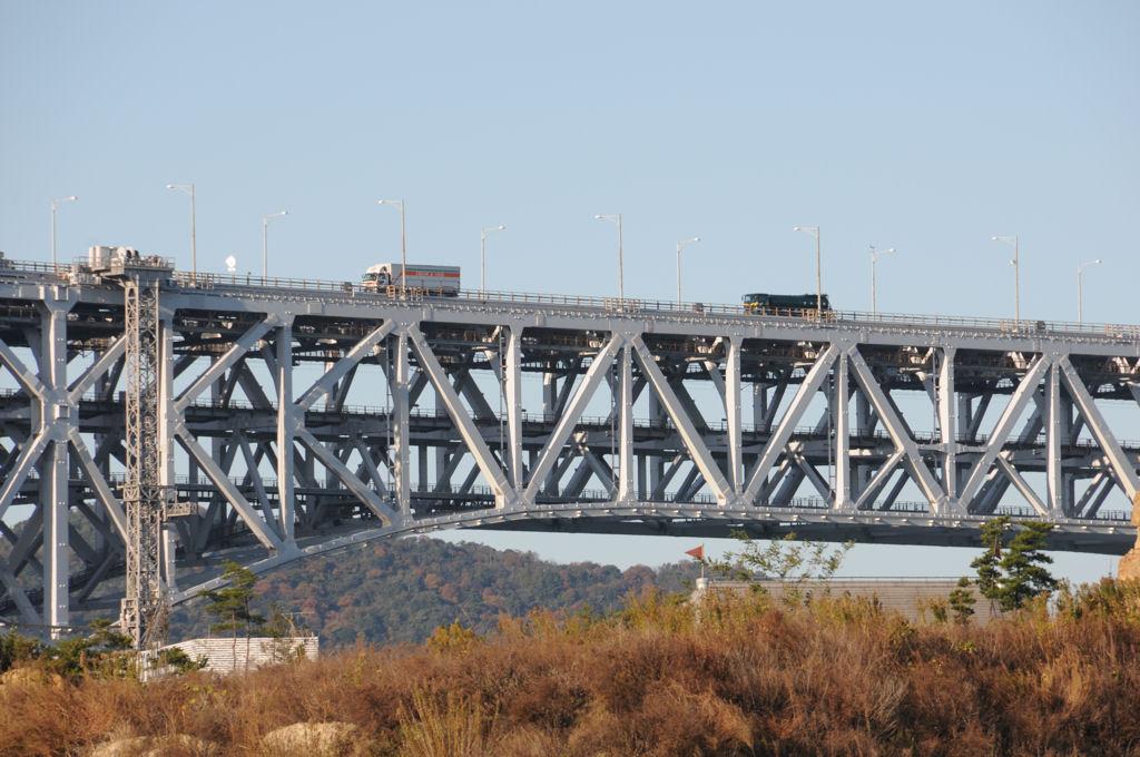 瀬戸大橋を行く車