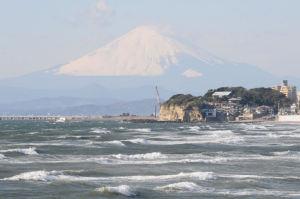 荒れた海と富士山