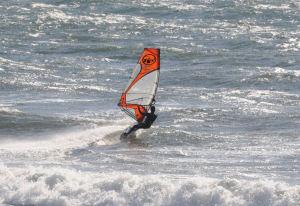 強風、高波の中でウインドサーフィン