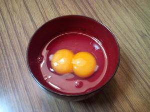 黄身が2つの「ニ黄卵」