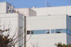 北側「JT医薬探索研究所」の窓ガラスも割れてます