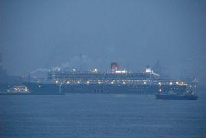 朝暗いうちに横浜港に入るCM2(2009年3月)