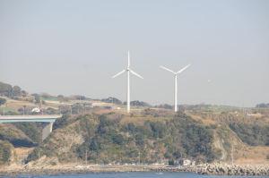 風車の左右にハングライダーが見えます
