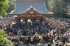 舞殿には年男、年女、ミス鎌倉がみえます