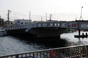 広い橋脚が野島橋を支えています