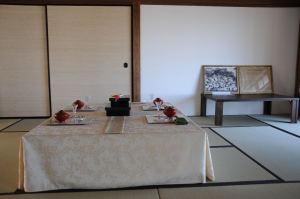 客間・右の写真は「満州総司令部出征記念」