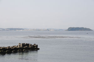 右は猿島、横須賀方面