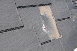 周りの屋根材にもひびが入っています