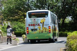バスの後に描かれたコアラとキリンの親子