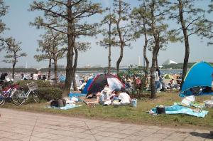 砂浜には小さなテントがあちこちに