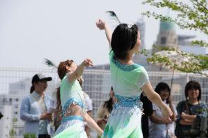横浜華僑総会、頭には孔雀の羽が