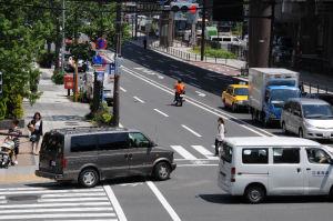 横断歩道の歩行者には注意