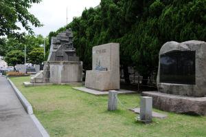 ヴェルニー公園内の記念碑