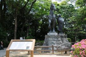 場内にある「山内一豊の妻」像