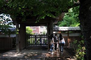 山門の左右に木戸、屈まないと通れません