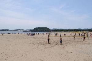 砂浜ではビーチバレー