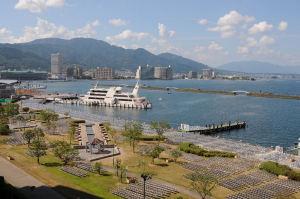 琵琶湖湖岸に並べられた有料観覧席