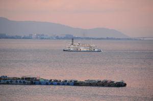 夕焼けの中沖に出る観光船「ミシガン」