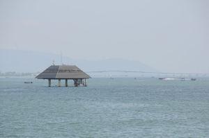 湖面付近の水質を自動で観測する施設