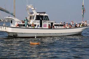 八景島沖で海上に浮かべられた小舟