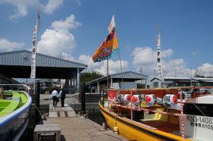 お囃子舟には汐祭の提灯が飾られています