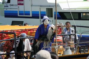お囃子舟の上で踊りを披露