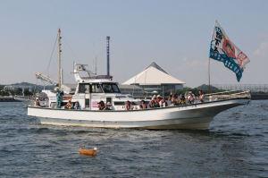 八景島沖で小舟を海上に浮かべました