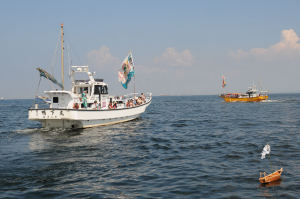 小舟の周りを3周し神楽を奉納