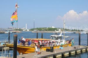最後にお囃子船が漁港に戻る