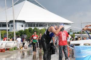 スイミングの後、水をかぶる選手
