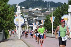 八景島の橋を渡る選手