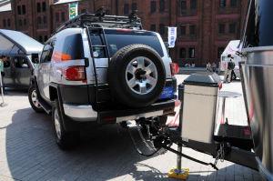 トレーラーを引くSUVはトヨタのマーク