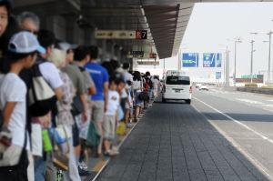 バスを待つ人の長い列
