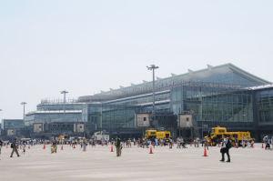 空港特殊車両等がエプロンに展示