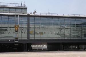新国際線ターミナルのガラスに映るエプロン