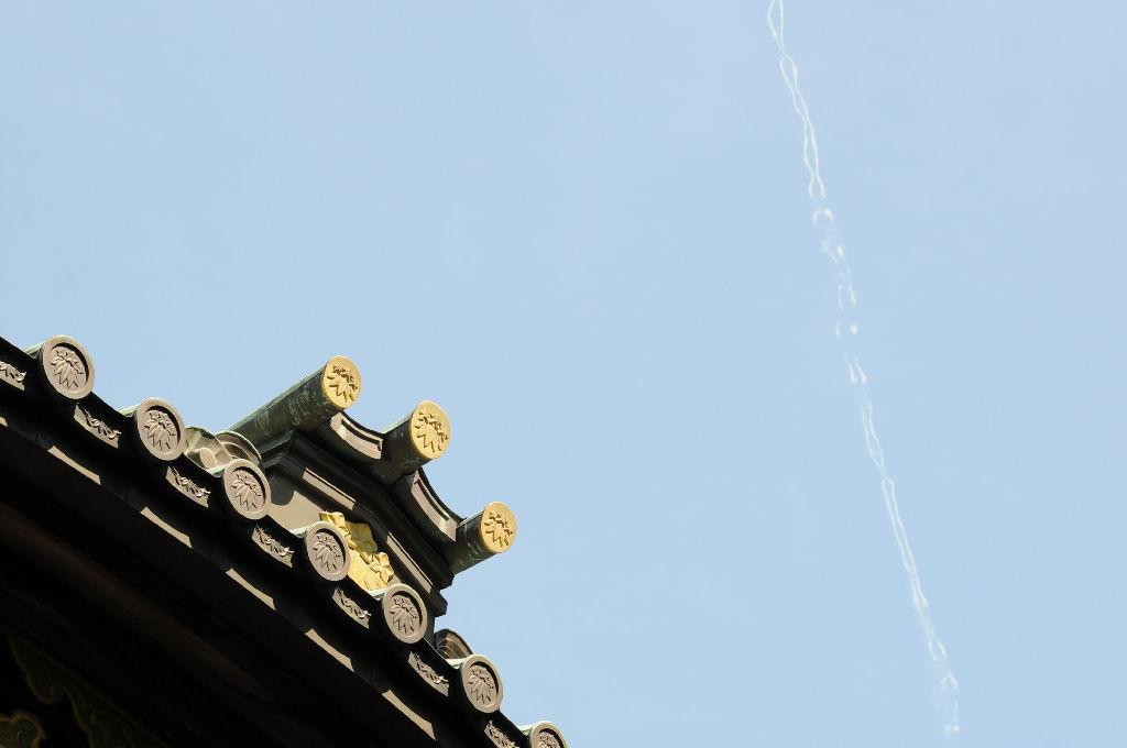 本堂庇越しの飛行機雲