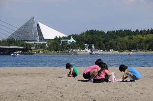 海岸でも子供たちが貝や砂で遊ぶ姿