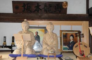 「龍馬とおりょう夫婦等身大木彫坐像」