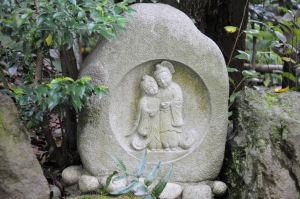 裏参道の石段横には仲の良い道祖神が