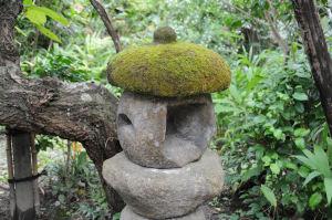 石灯籠の笠だけ苔がびっしり
