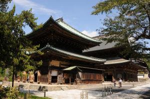 南東からの仏殿、鐘楼もみえます