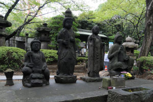 霊廟の前に四菩薩像